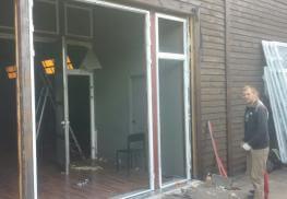 Начало установки дверей из холодного алюминия Pony 375