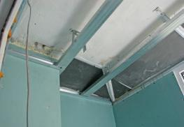 Обшивка потолка балкона
