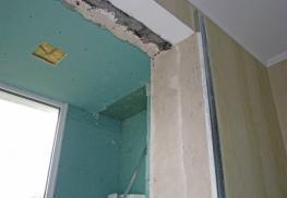 Оштуткатуривание стен на балконе