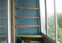 Фото начального этапа работ по остеклению балкона под ключ -.